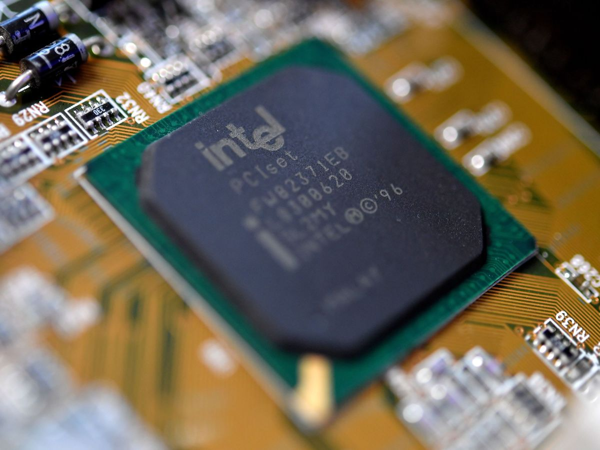 Foto: Vista de un elemento electrónico de Intel. (EFE)