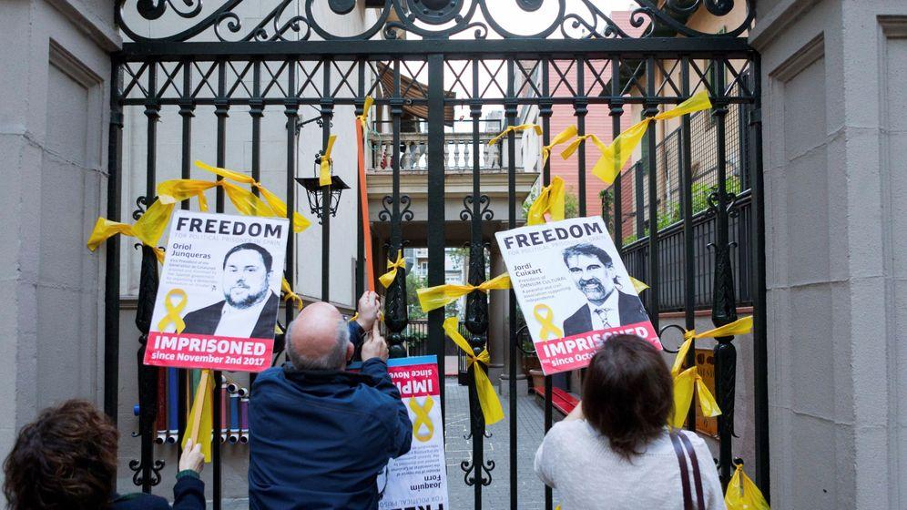 Foto: Pancartas y lazos amarillos en edificios de Barcelona. (EFE)