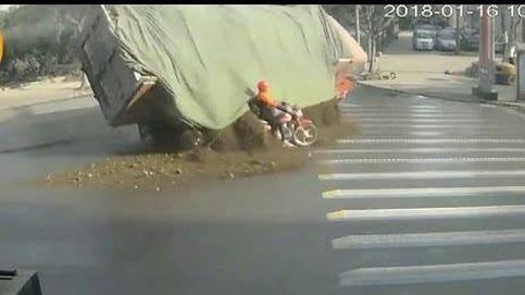 Este motorista se libra, por poco, de ser sepultado