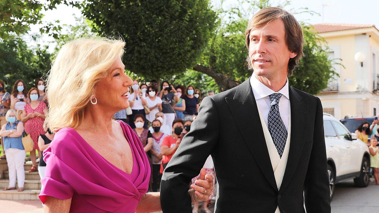 Miriam Lapique del brazo de su hijo Felipe Cortina. (GTRES)