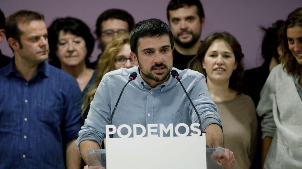 Foto: El portavoz de Podemos en el Senado y secretario autonómico, Ramón Espinar, junto al resto de su equipo tras ganar las primarias el pasado mes de noviembre. (EFE)