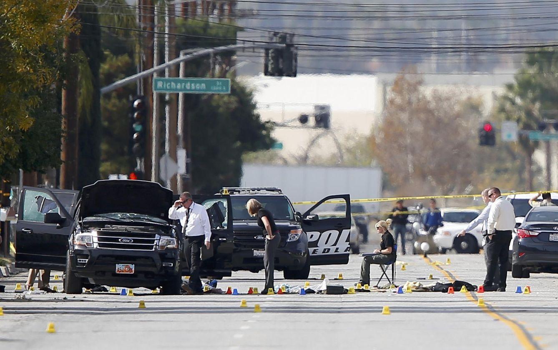 Foto: Agentes inspeccionan el área donde los dos sospechosos fueron abatidos, en San Bernardino, California (Reuters).