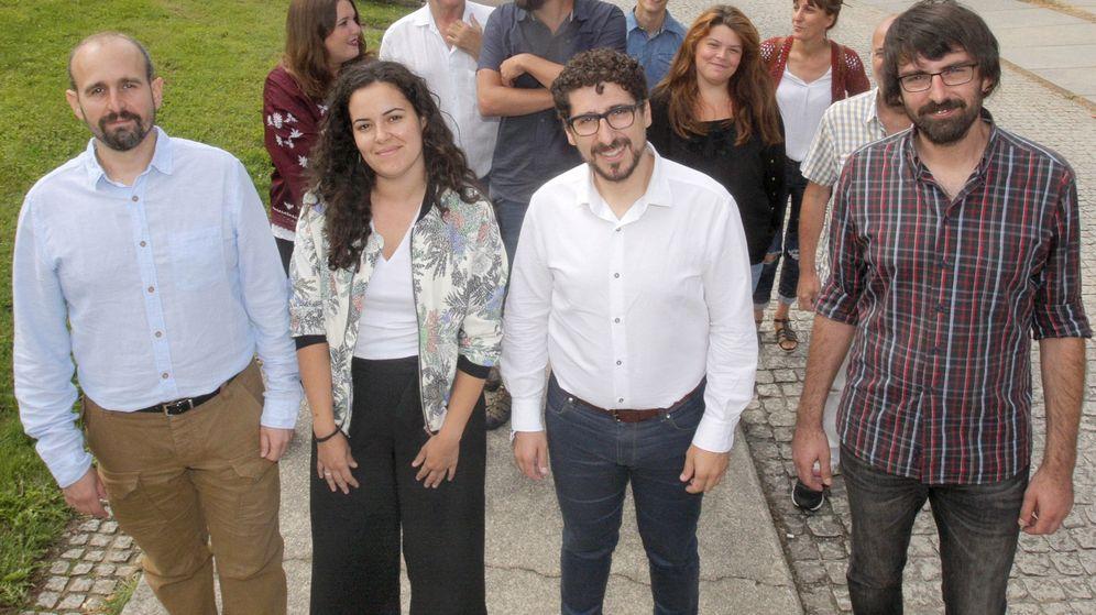 Foto: Luca Chao, segunda por la izquierda, junto a varios miembros de Podemos en Galicia. (EFE)