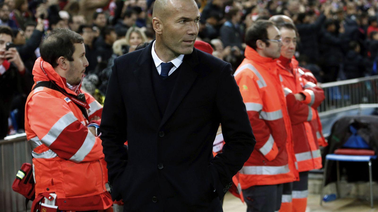 Foto: Zinedine Zidane observa el partido (EFE)