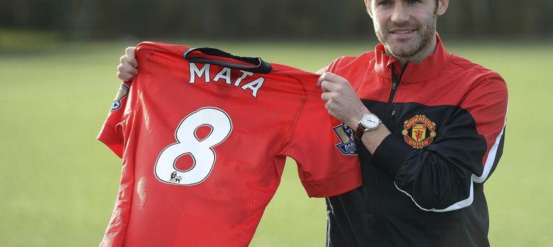 Foto: Juan Mata posa con el número 8 en su presentación con el Manchester United.