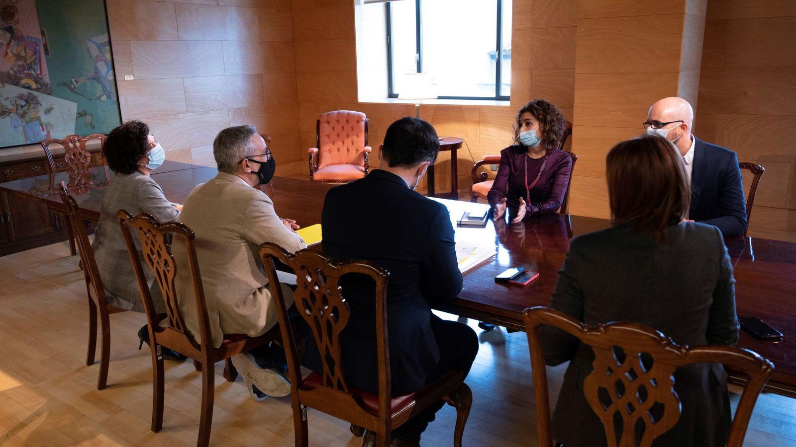 Foto: El equipo de ERC designado para la negociación de los PGE 2021 se reúne con la ministra de Hacienda, Maria Jesús Montero (C), y el secretario de Estado de Derechos Sociales, Nacho Álvarez (d). (EFE)
