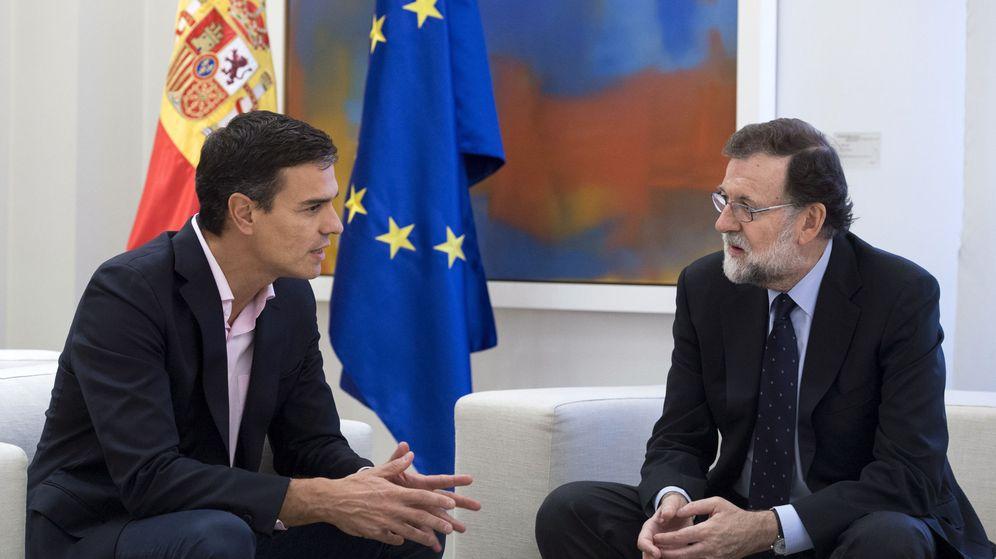 Foto: El presidente del Gobierno, Mariano Rajoy (d), recibe al líder del PSOE, Pedro Sánchez (i), en el Palacio de la Moncloa. (EFE)