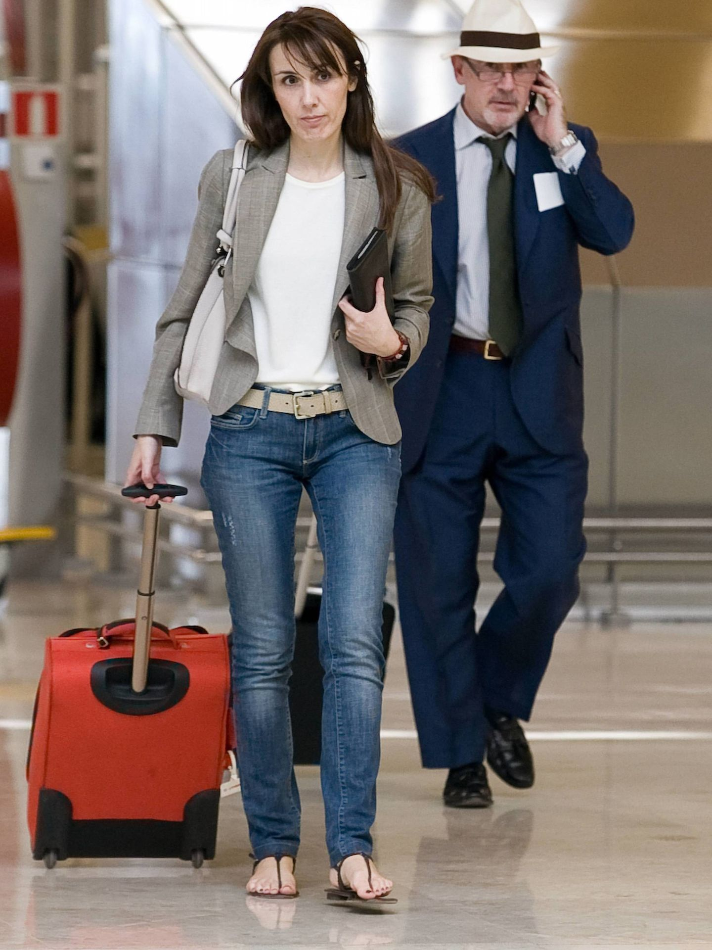 Rodrigo Rato y Alicia González juntos en el aeropuerto de Barajas. (Cordon Press)