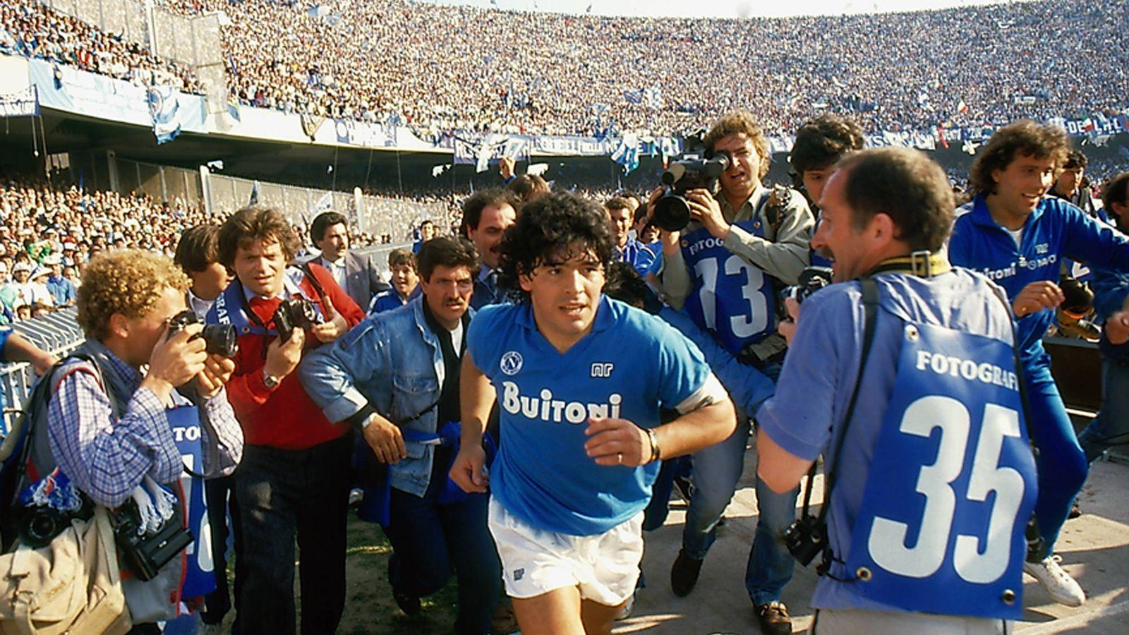 Foto: Diego Maradona sale al campo, en un fotograma del documental de Asfi Kapadia 'Diego Maradona'