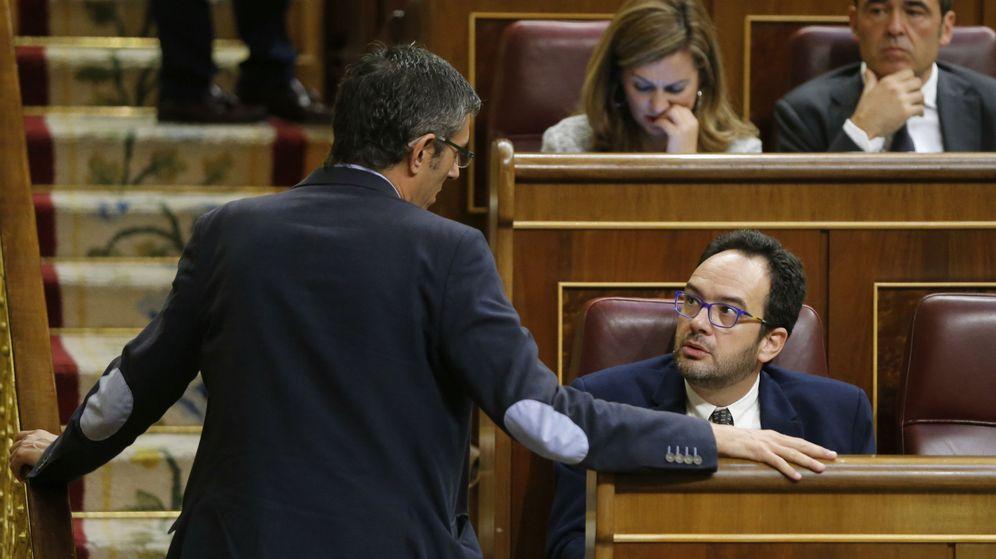 Foto: El diputado socialista Eduardo Madina habla con el presidente-portavoz de su grupo, Antonio Hernando, el pasado 20 de octubre en el pleno del Congreso. (EFE)