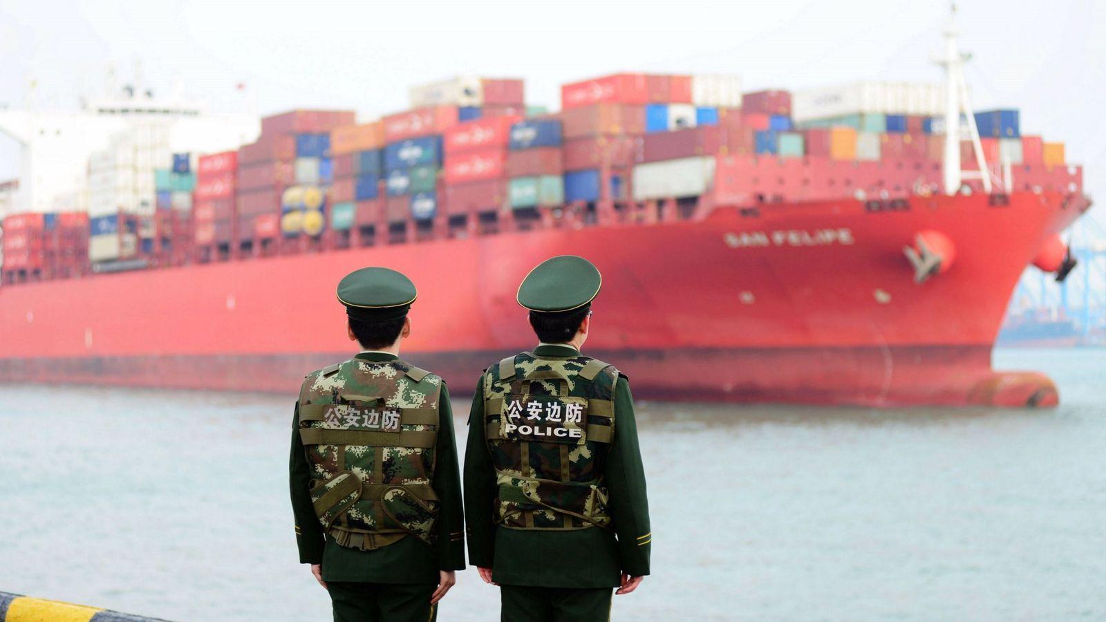 Foto: Dos guardias fronterizos chinos hacen guardia en el puerto de Qingdao, el 8 de marzo de 2018. (EFE)