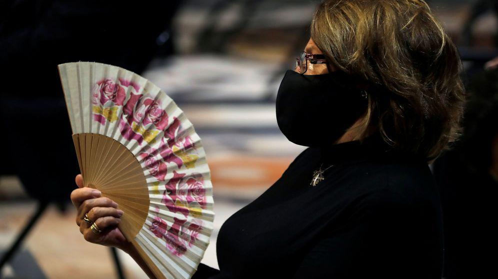 Foto: Una mujer acude a una misa funeral por las víctimas del coronavirus en Sevilla. (Reuters)