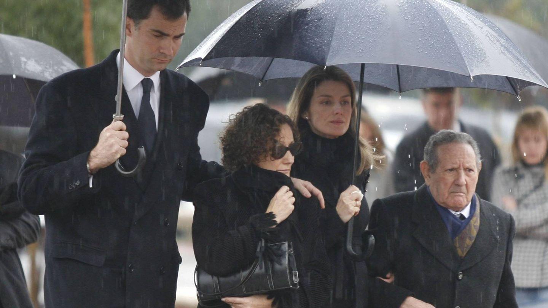 El rey Felipe, Paloma Rocasolano, Letizia Ortiz y Paco Rocasolano, en el responso de Érika. (Cordon Press)