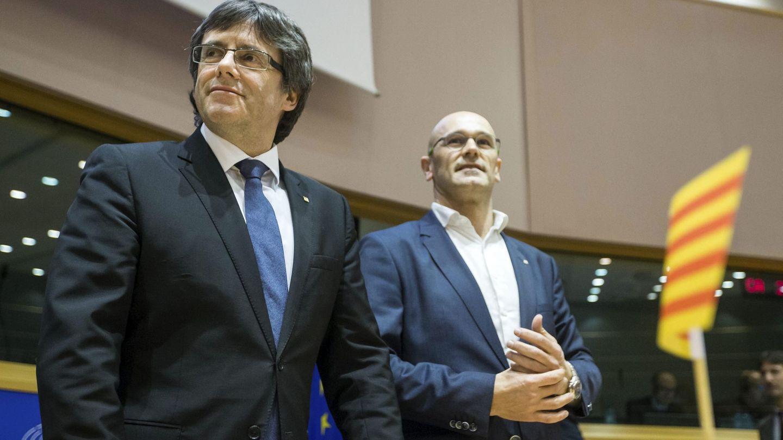 El presidente de la Generalitat, Carles Puigdemont (i), y el 'conseller' de Exteriores, Raül Romeva. (EFE)