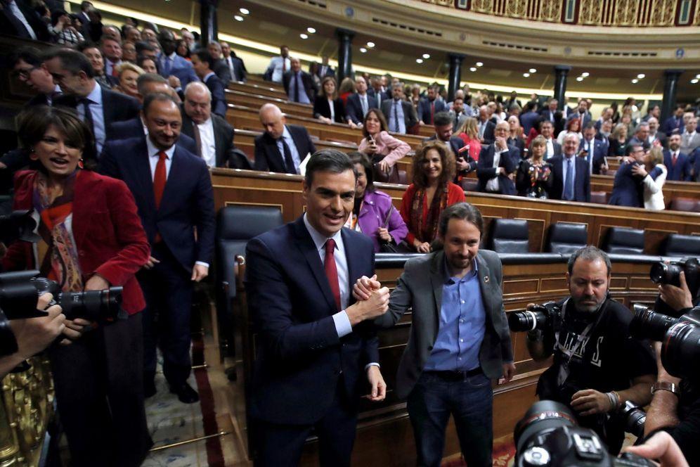 Foto: Pedro Sánchez es felicitado por Pablo Iglesias tras conseguir ser investido por 167 votos a favor, este 7 de enero en el Congreso. (EFE)
