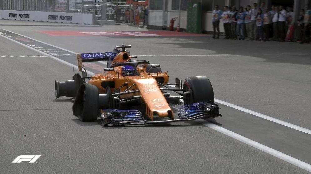 Foto: La llegada de Fernando Alonso a boxes tras su doble pinchazo al inicio de carrera.