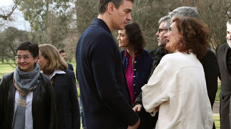 María Jesús Montero conversa con Pedro Sanchez en la finca toledana de Quintos de Mora. (EFE)