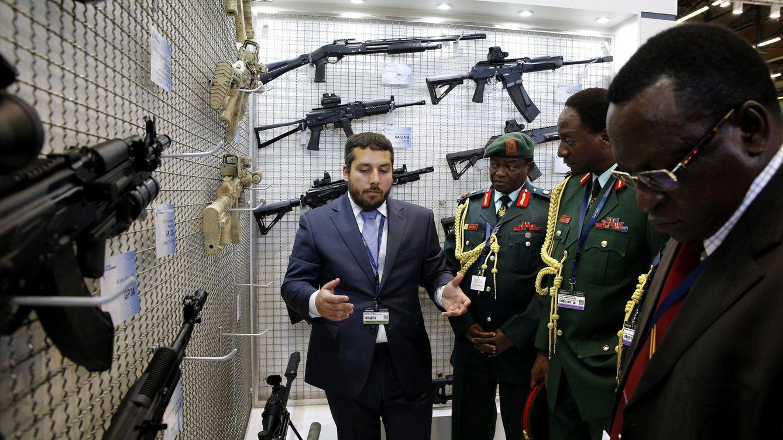 Foto: Oficiales de Tanzania se interesan por rifles de asalto en el salón Eurosatory, en junio de 2016 (EFE)
