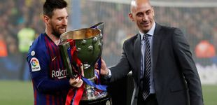 Post de El Barcelona, primer campeón de Liga que recibe el trofeo tras ganarlo