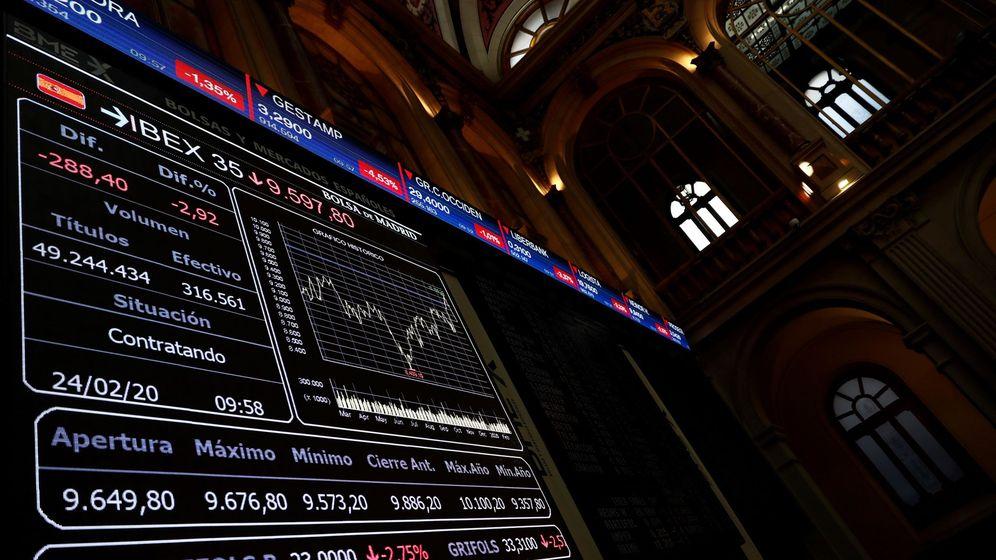 Foto: Pantallas informativas de la Bolsa de Madrid, en la sesión de este lunes. (EFE)