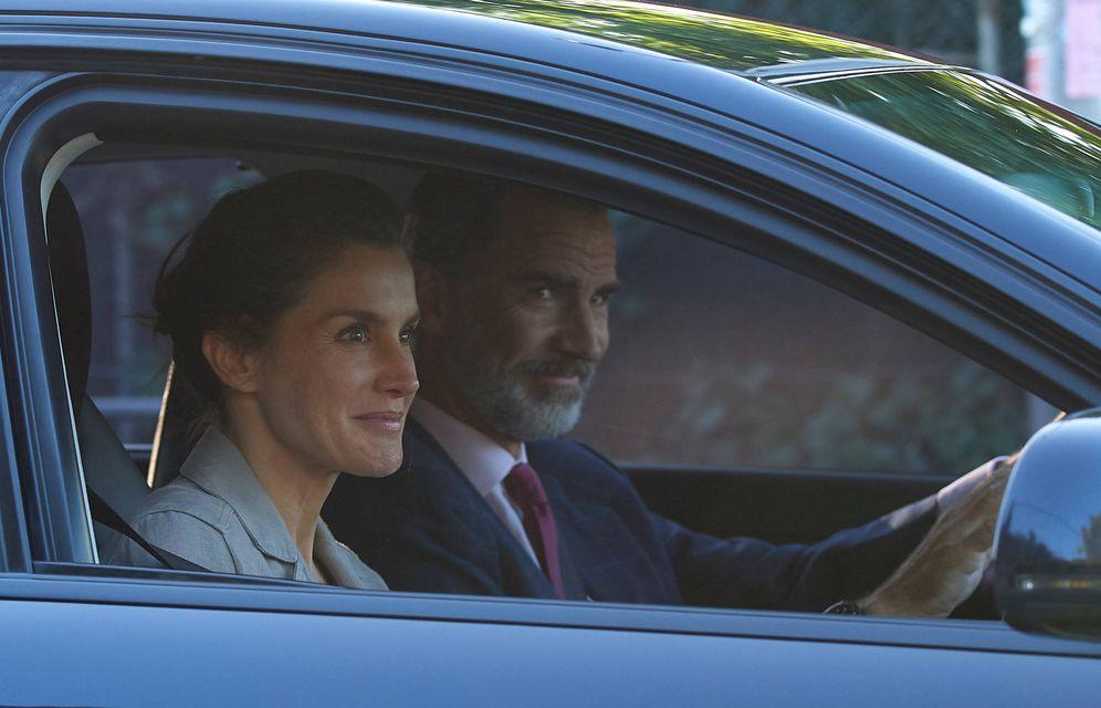 Foto: Felipe y Letizia en el vehículo que llevaba a sus hijas al colegio. (Limited Pictures)