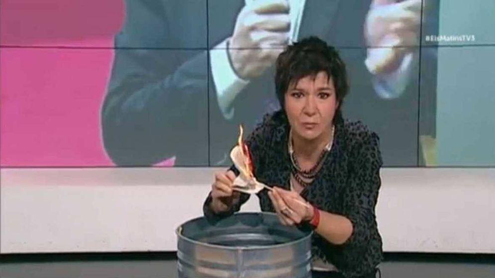 Foto: La periodista Empar Moliner quema una Constitución en directo.