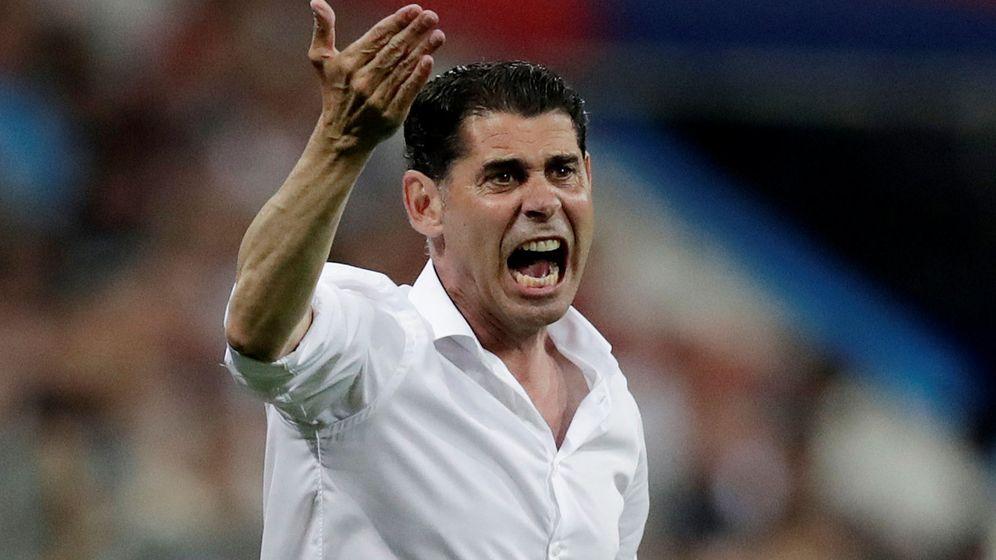 Foto: Fernando Hierro da instrucciones durante el partido entre Portugal y España. (EFE)