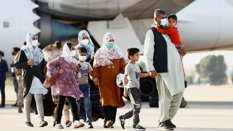 Ciudadanos afganos evacuados aterrizando en Torrejón de Ardoz. (EFE)