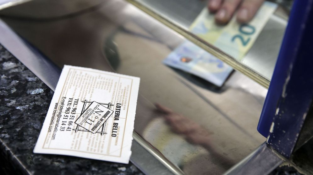 Foto: Los principales despachos de lotería aumentan sus ventas en Navidad (EFE)