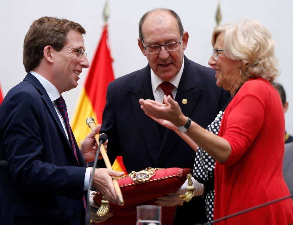 Foto: Manuela Carmena entrega la vara de mando al nuevo alcalde de Madrid, el popular José Luis Martínez-Almeida, este 15 de junio. (EFE)