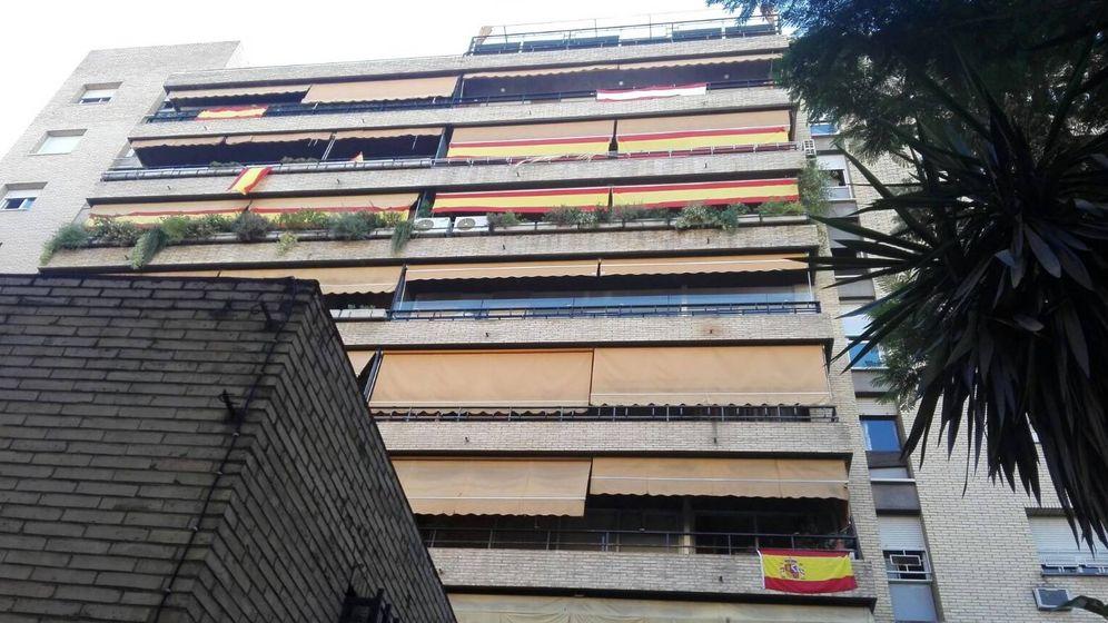 Foto: Banderas en los balcones de casas. (Twitter)