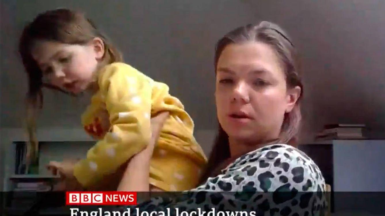 Una niña interrumpe a su madre en la BBC para enseñarle su unicornio