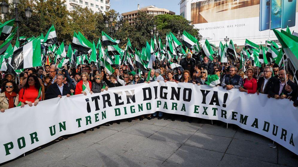 Foto: Concentración pide en Madrid un tren digno y del siglo XXIi en Extremadura (EFE)