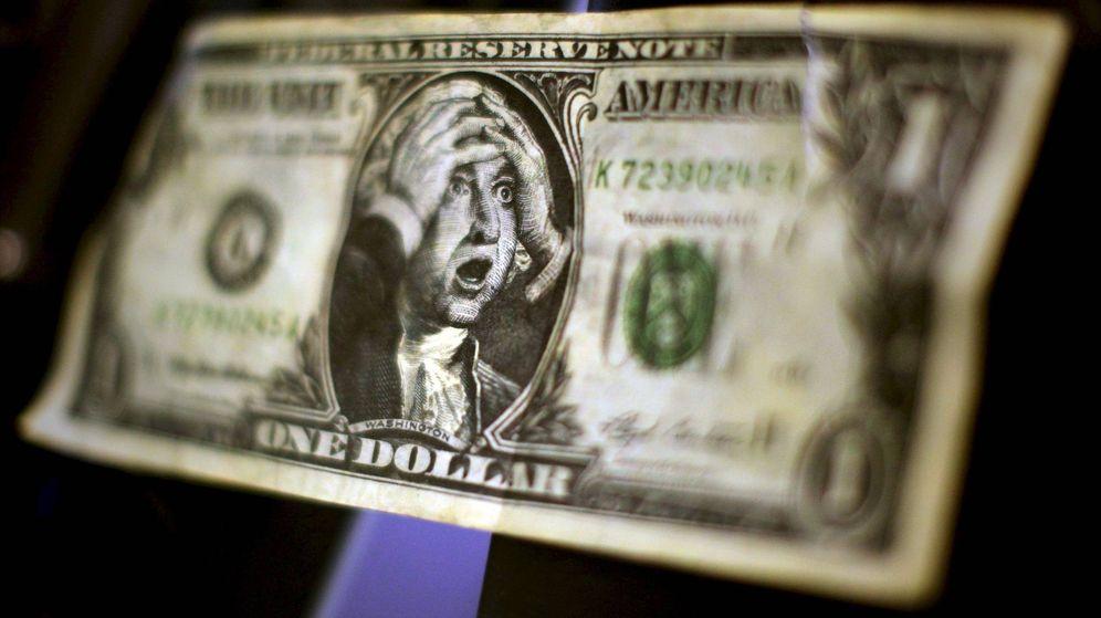 Foto: Un billete de un dólar falso con la imagen de George Washington llevándose las manos a la cabeza. (EFE)