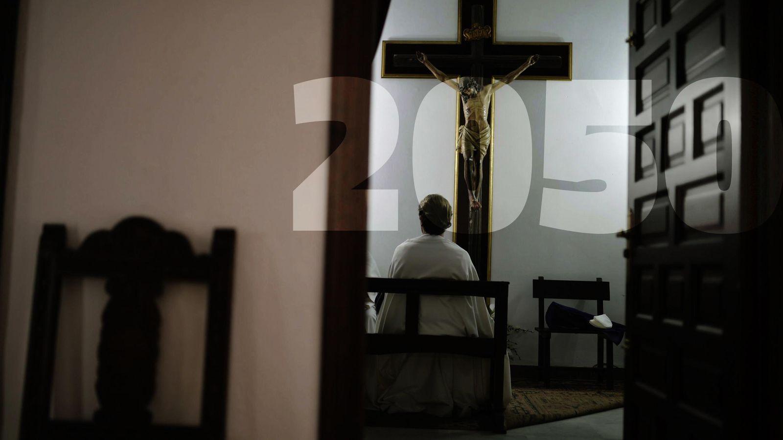 Foto: Un cofrade de la Hermandad de la Sangre reza en la Iglesia de los Capuchinos de Córdoba. (EFE/Rafa Alcaide)