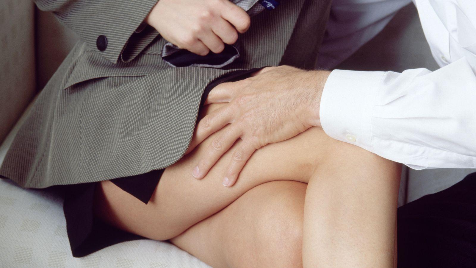 Фото мальчик трогает женщину