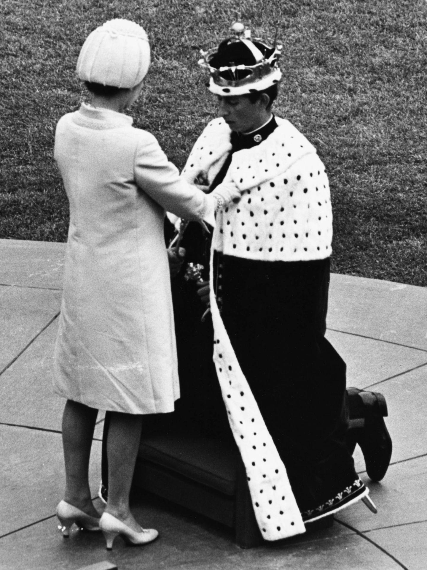 Isabel II junto al príncipe Carlos el día de su coronacion como Príncipe Gales en 1969. (Getty)