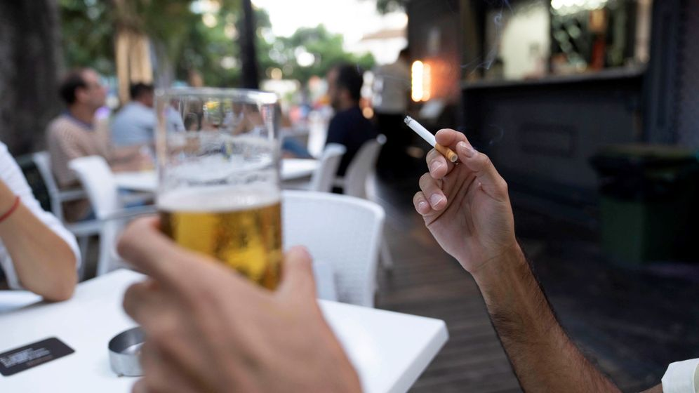 Foto: Una persona sostiene un cigarrillo en la terraza de un bar en Santa Cruz de Tenerife. (EFE)