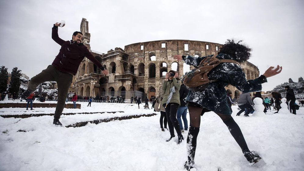 Foto: Uno de los emblemas de Europa, el Coliseo Romano, completamente cubierto de nieve. (EFE)
