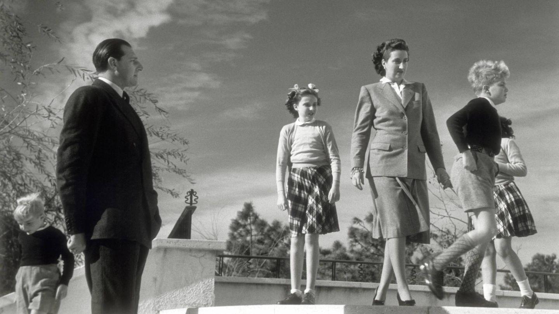 Don Juan de Borbón, María de las Mercedes y sus hijos, en una foto de 1947. (Cordon Press)