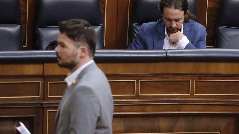 Foto: El portavoz de ERC en el Congreso, Gabriel Rufián (frente), pasa frente al vicepresidente segundo y ministro de Derechos Sociales y Agenda 2030, Pablo Iglesias. (EFE)