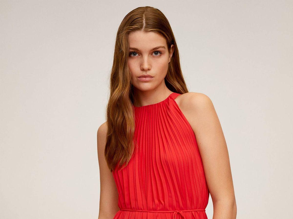 Foto: Vestido rojo de Mango Outlet. (Cortesía)