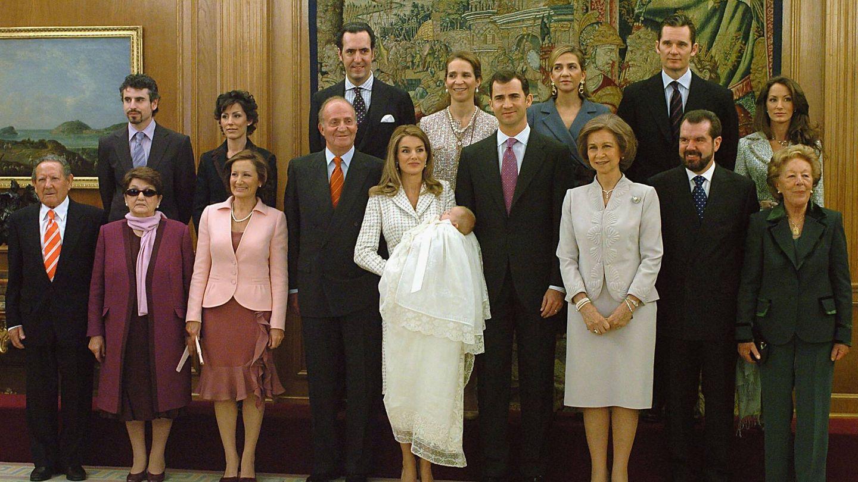 Los Borbón y los Ortiz Rocasolano en el bautizo de la infanta Leonor. (Getty)