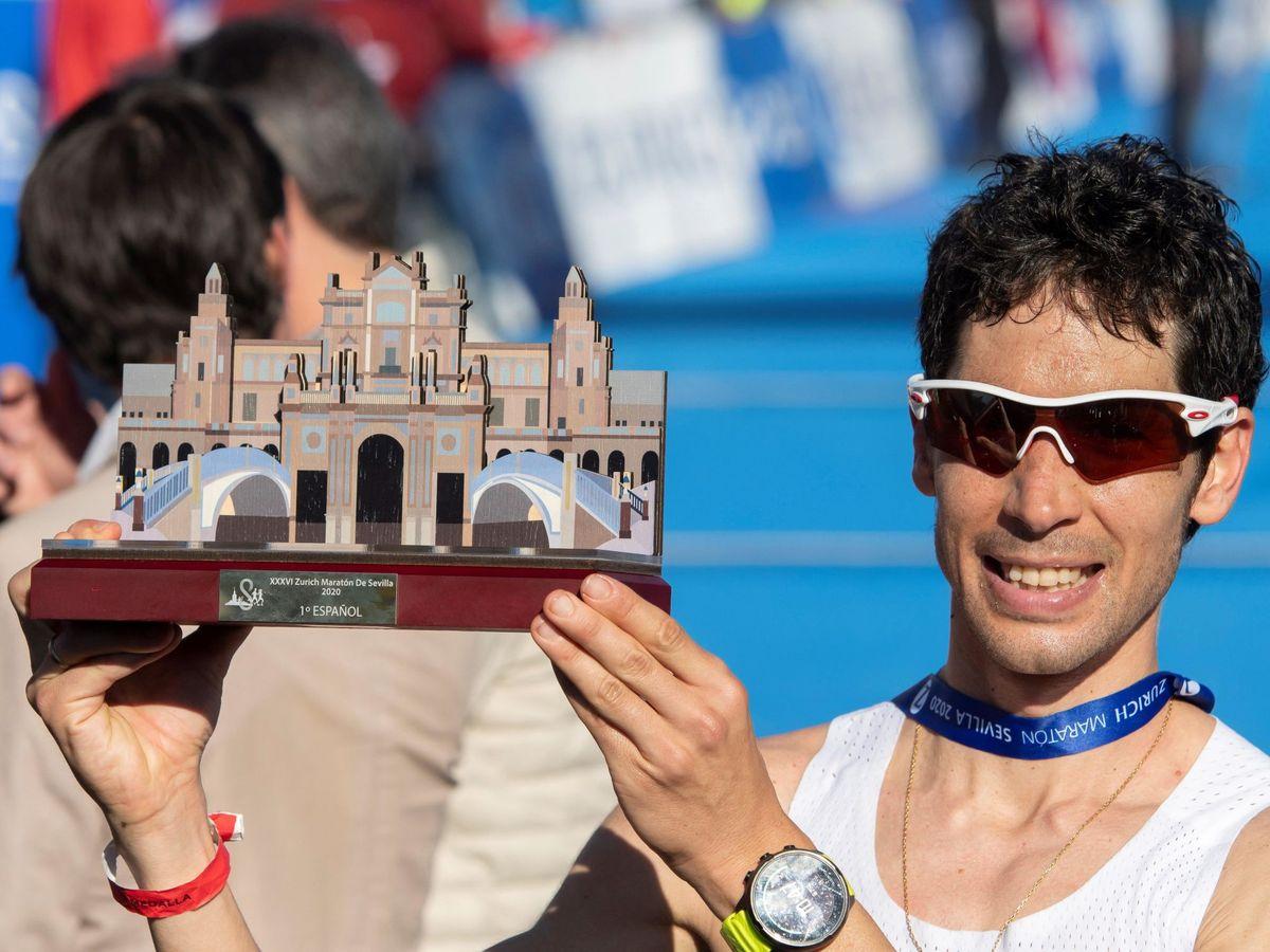 Foto: Javi Guerra, feliz, tras su éxito en el maratón de Sevilla. (Efe)