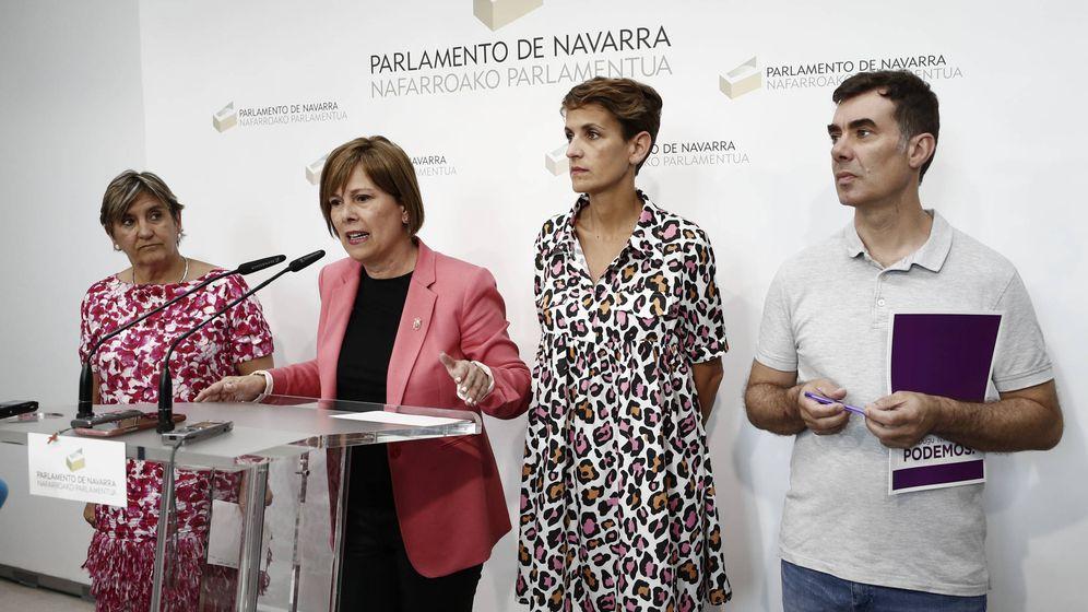 Foto: Uxue Barkos explica el contenido del acuerdo en presencia de María Chivite, Marisa de Simón (izq) y Eduardo Santos este viernes en el Parlamento. (EC)