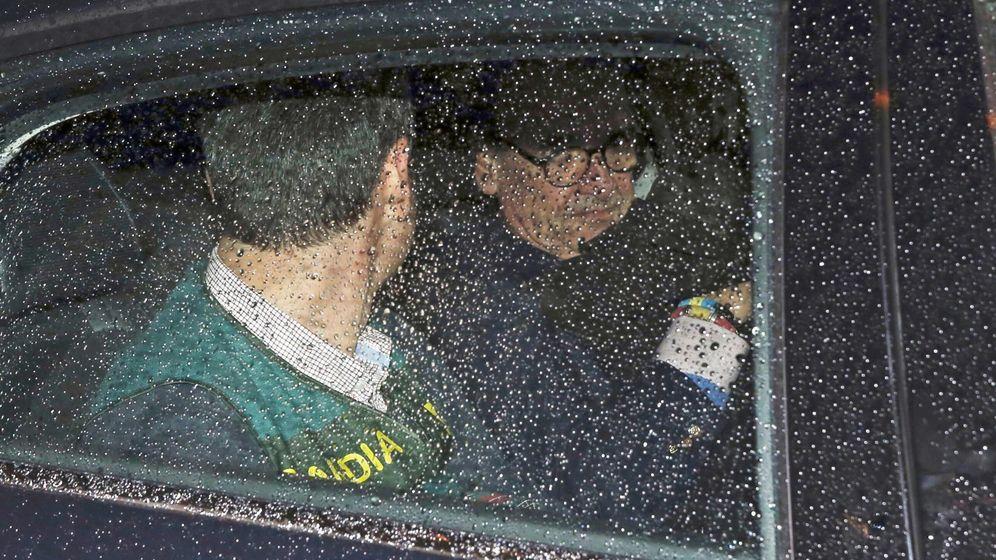 Foto: El expresidente de Banesto Mario Conde abandona su domicilio detenido por la Guardia Civil. (EFE)