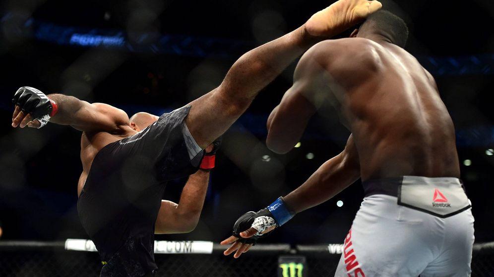 Foto: La patada con la que Jacaré noqueó a Brunson. (UFC)