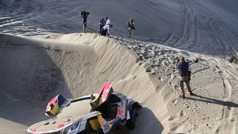 El Dakar sigue paseando su guadaña: ahora le tocó a Loeb (para el bien de Sainz)