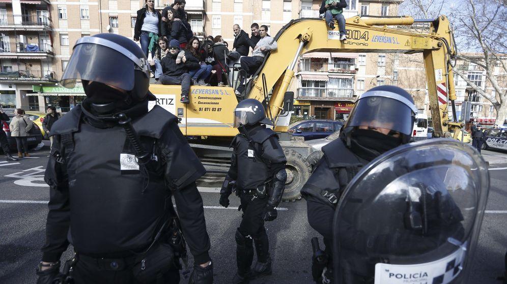 Foto: Foto de archivo de agentes de Policía Municipal ante las personas subidas en una excavadora que trataban de evitar el desalojo de la vivienda en el número 29 de la calle Ofelia Nieto, en el barrio de Tetuán, en Madrid. (EFE)