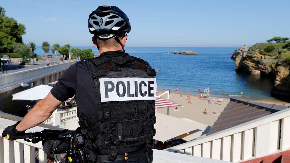 Foto: Un agente de la policía francesa vigila los alrededores de la sede que acogerá la cumbre del G-7. (Reuters)